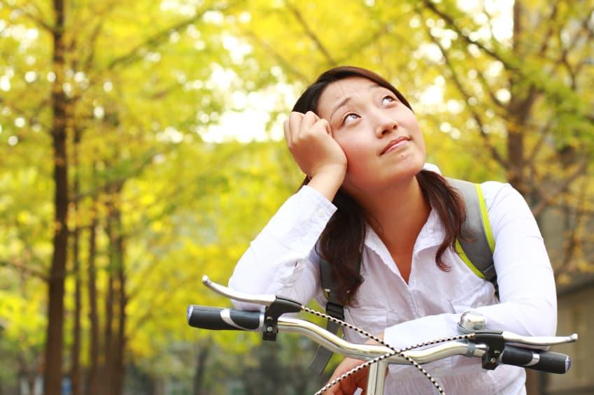 Mädchen auf einem Fahrrad blickt nach oben